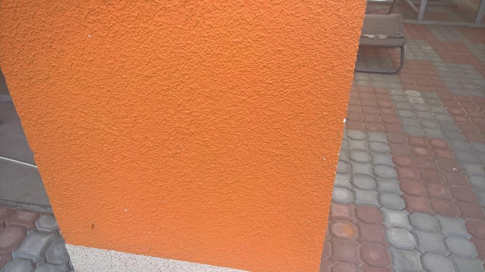Nevýhoda barvené omítky - každé škrábnutí odhalí podkladní vrstvu