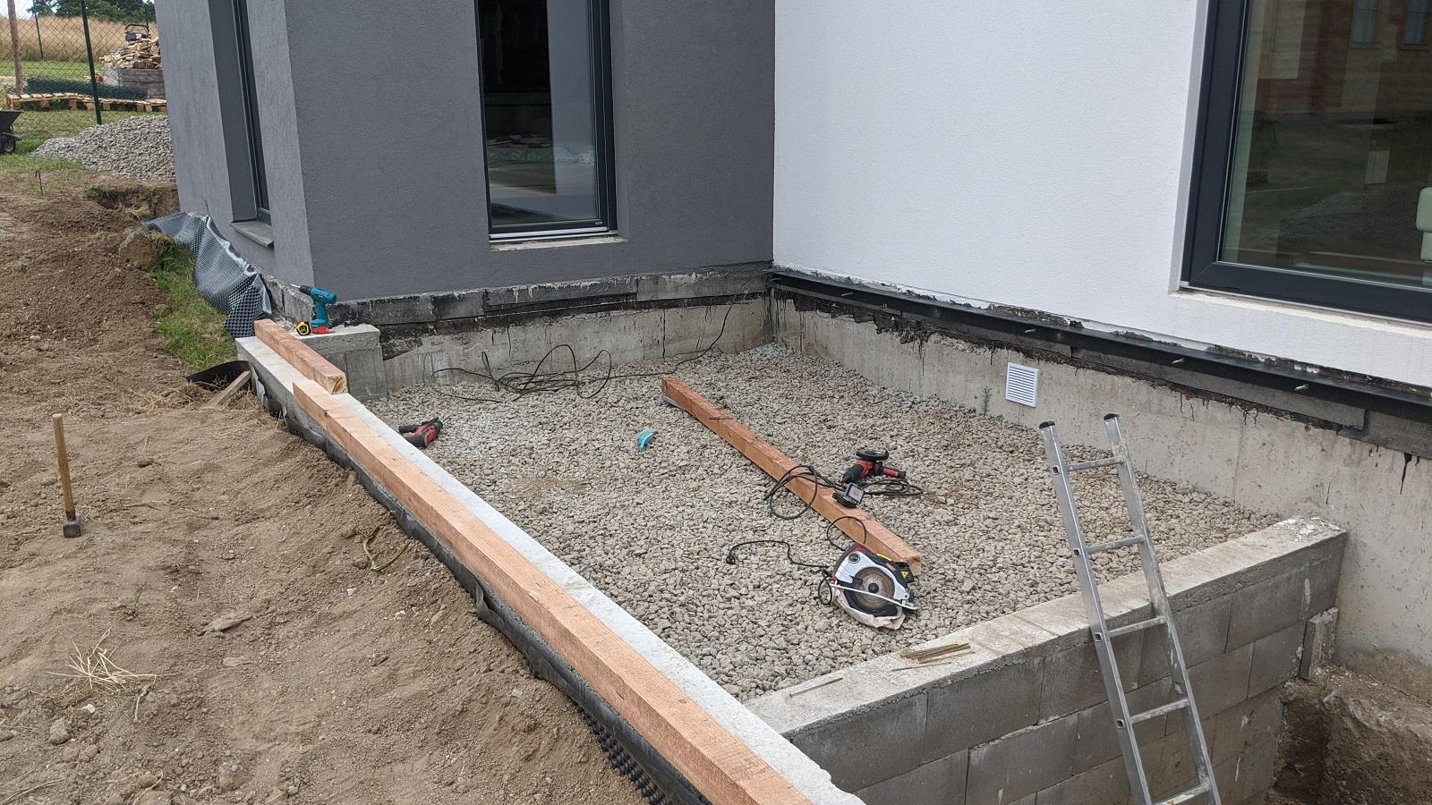 Dřevěný trám na ztraceném bednění pro nosnou konstrukci terasy