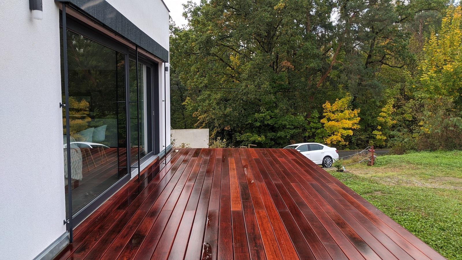 Mokrá terasa z dřeva Merbau před natřením