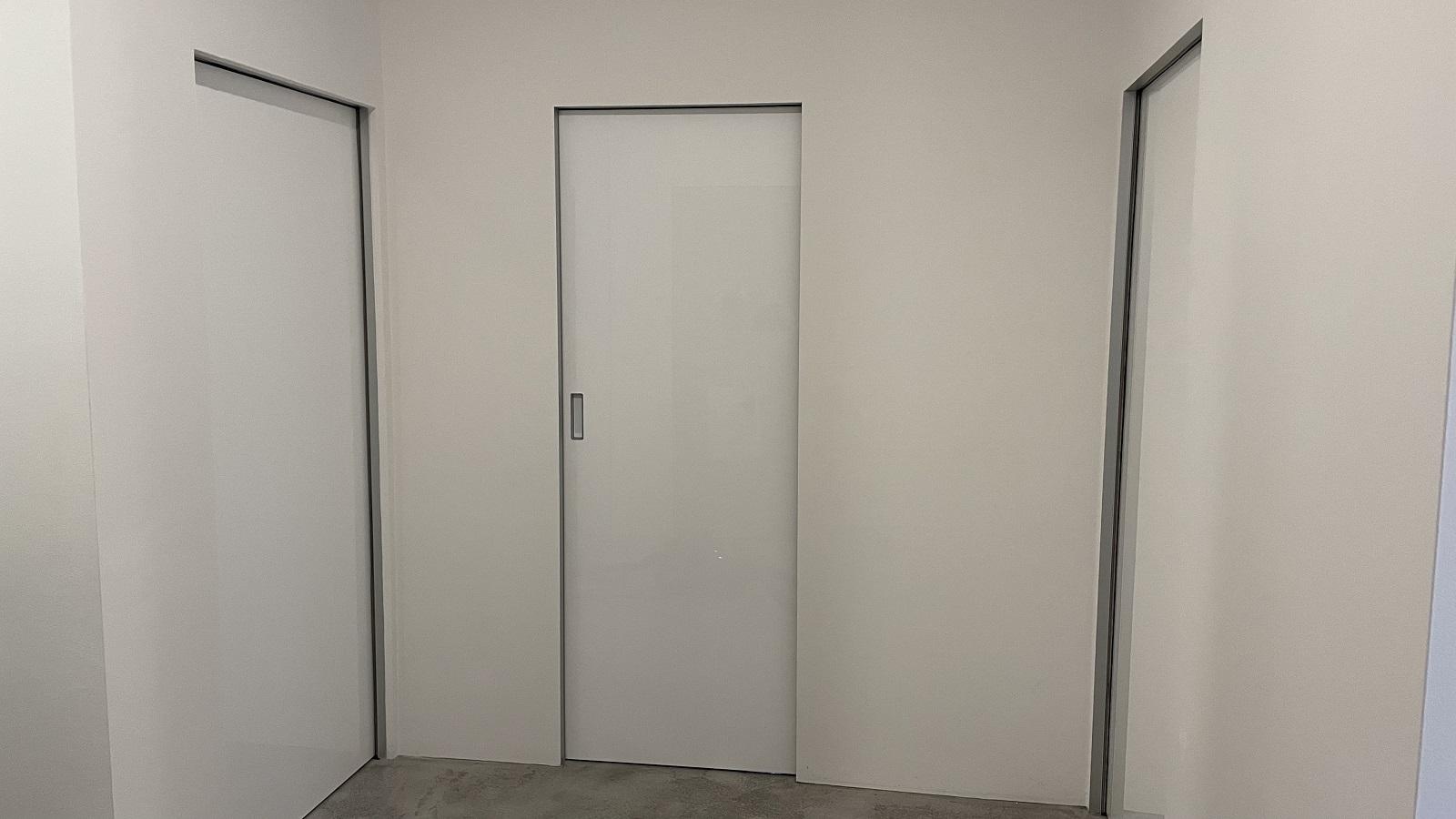Bílé posuvné dveře Hanák