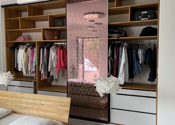 Skleněné posuvné dveře šatní skříně